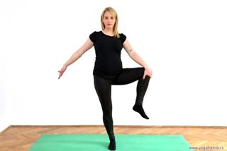 yoga-balans-koleno-sa-strane-pored-tela