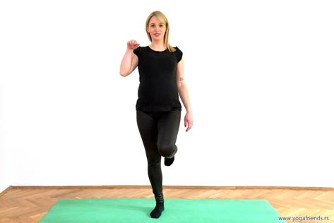 yoga-i-trudnica–vezba-balansa–rodica-desna