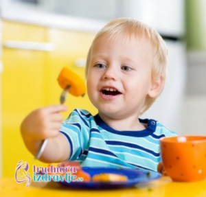 dete-za-porodicnom-trpezom-problemi-u-ishrani-u-vezi-hranjenja-lepo-ponasanje-clanak-1