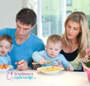 dete-za-porodicnom-trpezom-problemi-u-ishrani-u-vezi-hranjenja-lepo-ponasanje-clanak-5