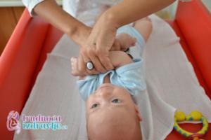 Defektolog somatoped član stručnog tima portala Trudnoća i zdravlje, demonstrira vežbe za bebe, za stimulaciju psihomotornog razvoja.