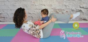 Instruktor yoge za trudnice, mame i bebe, objašnjava yoga vežbu Čamac , za mame i bebe, kojom se otklanjaju  stres i umor a mama i beba se zbližavaju.