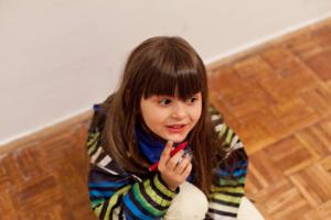 Prof.likovne kulture, akademski slikar, Koordinaor dečije likovne radionice i član stručnog tima portala Trudnoća i zdravlje o značaju crteža u razvoju dece i kako ih tumačiti.