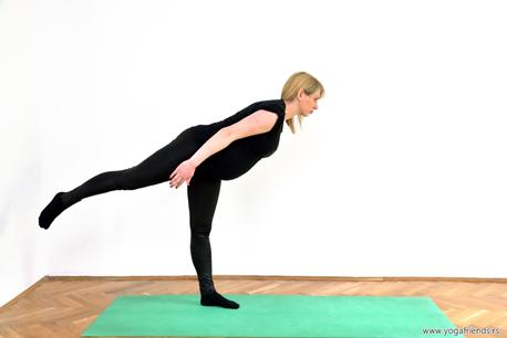 yoga-i-trudnica-vezba-balansa–ratnikIII-noga