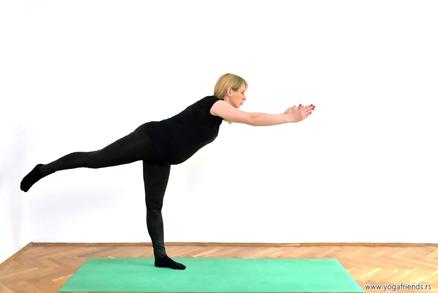 yoga-i-trudnica-vezba-balansa–ratnikIII-ruke-noga