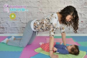 mackina-vezba-sa-provlacenjem-i-poljupcima-yoga-mama-i-beba-clanak-1