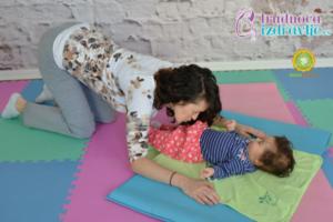 mackina-vezba-sa-provlacenjem-i-poljupcima-yoga-mama-i-beba-clanak-2