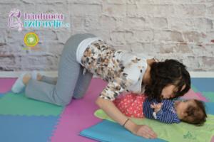 mackina-vezba-sa-provlacenjem-i-poljupcima-yoga-mama-i-beba-clanak-4