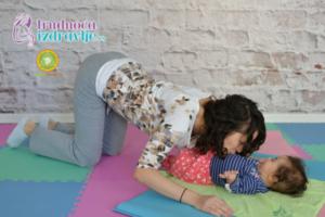 mackina-vezba-sa-provlacenjem-i-poljupcima-yoga-mama-i-beba-clanak-5