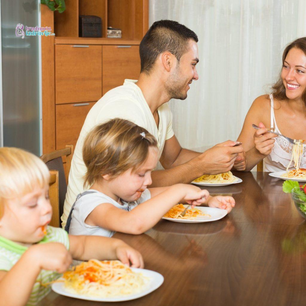dete za porodičnim stolom (2)