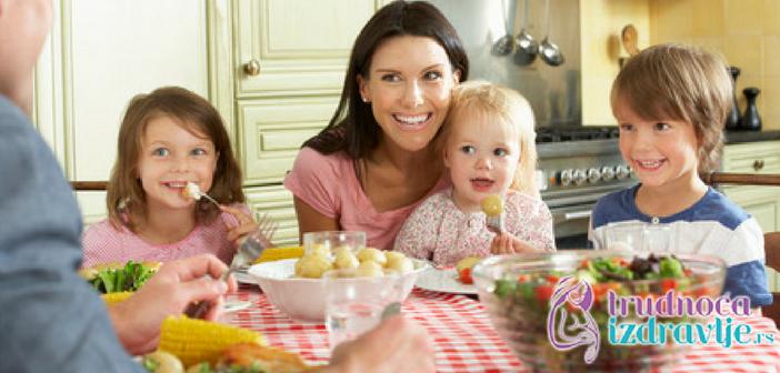 dete-za-porodicnom-trpezom-problemi-u-ishrani-u-vezi-hranjenja-lepo-ponasanje