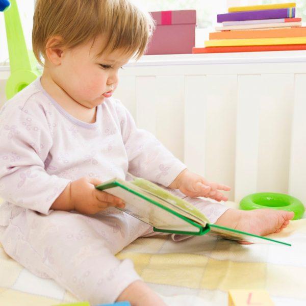 Malo Dete u Igri sa Knjigama
