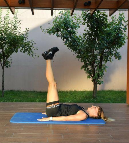 Kružni trening, vežbe drugi mesec programa vežbi posle trudnoće i porodjaja, prikazuje fitness instructor, član stručnog tima portala Trudnoća I zdravlje