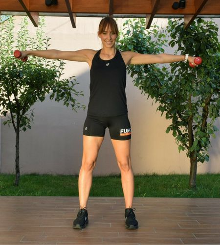Početni položaj je uspravan stav, stopala skoro spojena, ruke sa tegićima uz telo. Udahnete i uz izdah iskoračite desnom nogom napred, pa se vratite u početni položaj, pa onda iskoračite levom nogom. Vežbu ponovite 16 puta, 8 puta jednom i 8 puta drugom nogom, radite naizmenično.