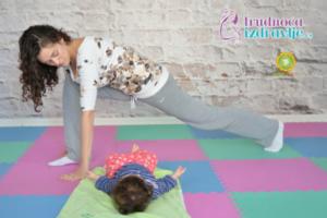 Sertifikovani instruktor yoge za trudnice, mame i bebe član stručnog tima portala Trudnoća i zdravlje, objašnjava kako se radi vežba yoge za mame i bebe.