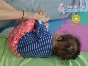 yoga za mame i bebe okret na levo okret na desno trudnoca i zdravlje clanak 3 300x225 1