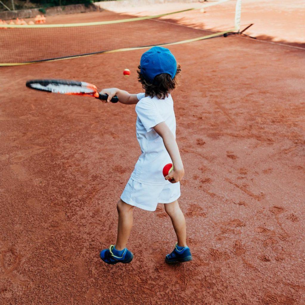 Malo dete i tenis (1)