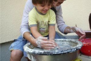 Dete treba da nauči osnovne oblike da bi savladalo veštinu slikanja, prenosi nam akademski slikar i član stručnog tima portala Trudnoća i zdravlje.