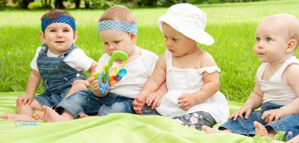 Kako dete sedi na čvrstoj podlozi, pravilno i nepravilno sedenje.