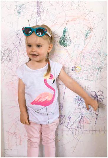 Trogodišnja Elena Minić pokazuje svoj crtež