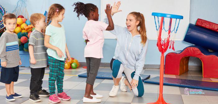 Posturu možemo da posmatramo kada dete stoji ili sedi ili kada se kreće.